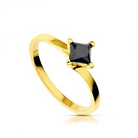 Złoty pierścionek z czarnym diamentem.